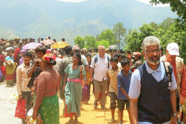 El Director de Caritas Nepal P. Pío Perumana participó en una distribución de la ayuda a los sobrevivientes del terremoto en Sindhupalchok.