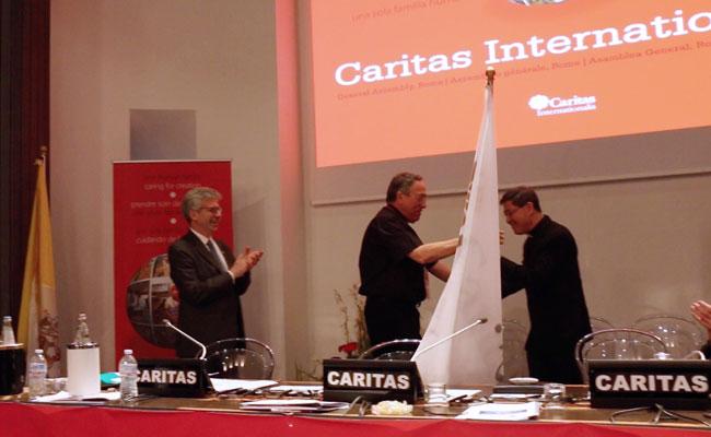 Cardenal Maradiaga entregó la bandera de Caritas Internationalis al cardenal Luis Antonio Tagle