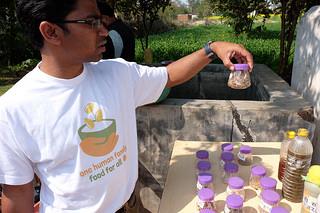 Valentine Pankaj, experto agrícola de Cáritas India, ayuda a los agricultores eligen las semillas adecuadas para sus condiciones de la tierra y el clima.