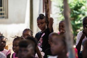 Niños de Sierra Leona recibiendo ayuda de Caritas Freetown, durante el apogeo de la pandemia.
