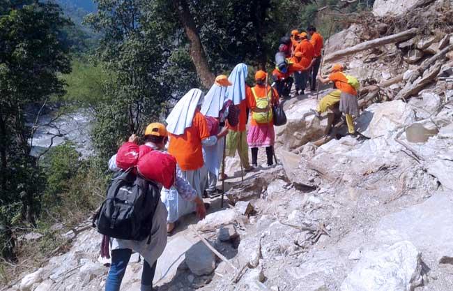 L'équipe médicale apportant à pied des provisions aux communautés reculées de Gorkha.