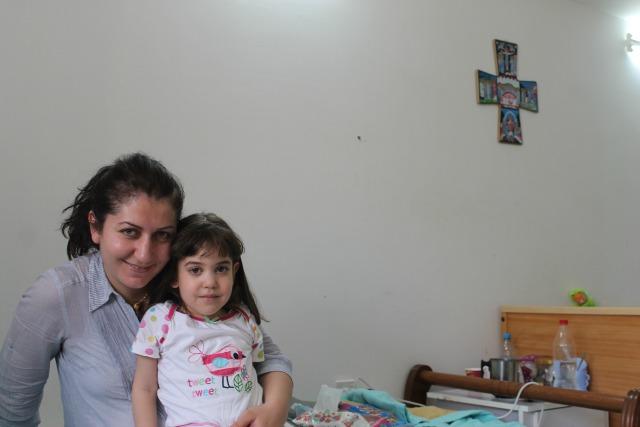 Rasha y su hija Tania en su habitación en uno de los albergues iraquíes de Cáritas Jordania. Iglesia Maronita San Charbel.