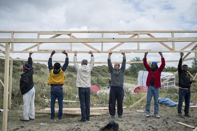 Caritas ofrece kits de refugio, pero deja la construcción a los mismos residentes del campamento de migrantes de Calais, Francia. Foto de Elodie Perriot / Secours Catholique