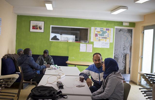 El personal del Servicio Migrantes de Caritas Francia recibe cotidianamente a refugiados y les proporciona asesoramiento jurídico, una bebida caliente, lecciones de lengua francesa y recargas telefónicas. Foto de Elodie Perriot / Secours Catholique