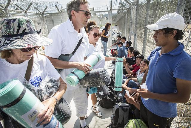 Caritas a distribué des matelas et des sacs de couchage aux réfugiés et aux migrants sur l'île grecque de Lesbos. Crédit photo : Arie Kievit/Cordaid