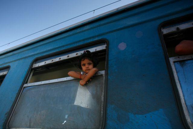 En la Estación de Gevgelija, un niño mira a través de la ventana de un tren rumbo a Serbia, en la frontera entre Grecia y Macedonia. Matthieu Alexandre/Caritas Internationalis