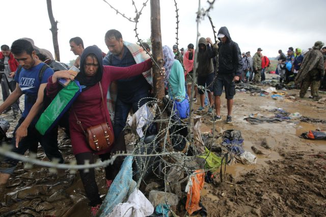 Refugees crossing the border between Greece and FYR of Macedonia by foot. Arie Kievit / CORDAID