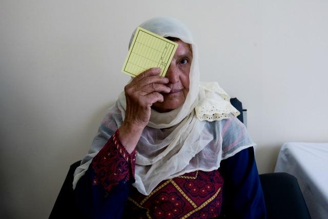 Une bénéficiaire dans un centre de santé Caritas à Jérusalem. Source : Katie Orlinsky/Caritas