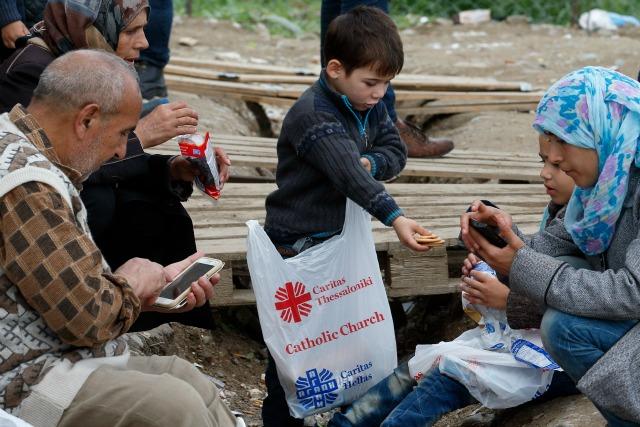 Caritas Grecia ofrece víveres, agua y aseos para los refugiados y migrantes en el cruce fronterizo de Idomeni en Grecia. Paul Haring/CNS/Caritas