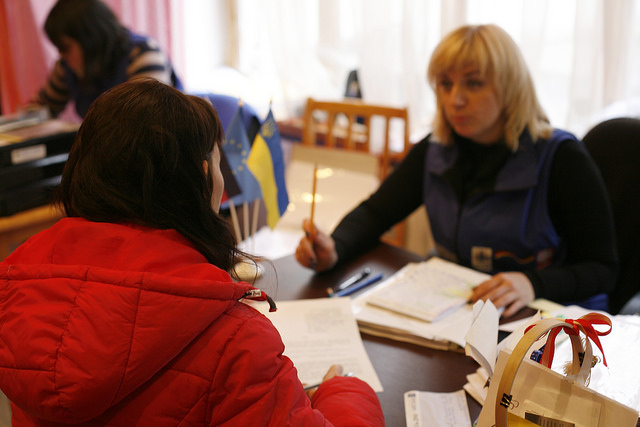 Olya parle à une travailleuse sociale de Caritas Ukraine à Dnipropetrovsk. Crédit : Matthieu Alexandre / Caritas Internationalis
