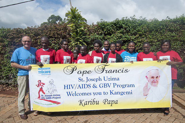 St.Jospeh Uzima members and Trocaire beneficiaries in Kangemi welcome the Pope with a banner as he visited the church during his Kenya tour. Credit: Trocaire
