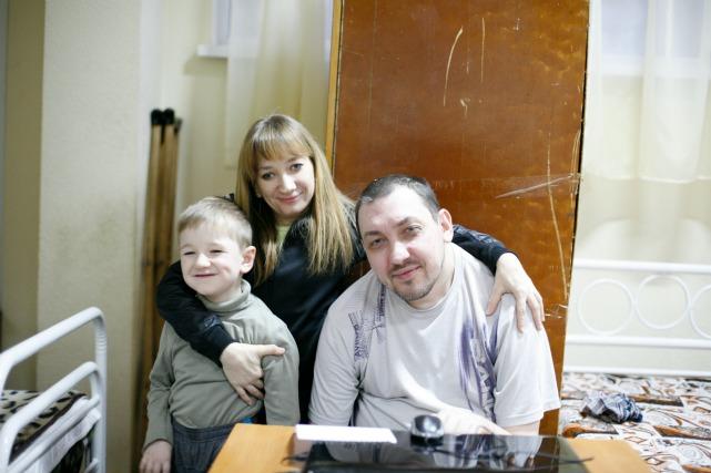 Ira Laptyeva, son fils Bohlan et son mari Vitaly Zenchenko de Debaltsevo, dans l'oblast de Donetsk. Crédit : Matthieu Alexandre / Caritas Internationalis