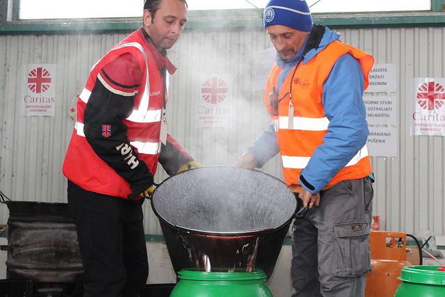 Renato Seifert (bonnet bleu), volontaire auprès de Caritas Croatie, au travail dans le camp de réfugiés d'Opatovac. Source : Mabh Smith /Trocaire Caritas.