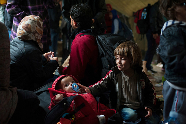 Des cousins syriens attendent dans une tente à Vasariste, un point d'aide pour les réfugiés dans la ville frontalière serbe de Kanjiza. De là, les réfugiés prendront un bus pour la Hongrie. Photos de Kira Horvath (Catholic Relief Services)