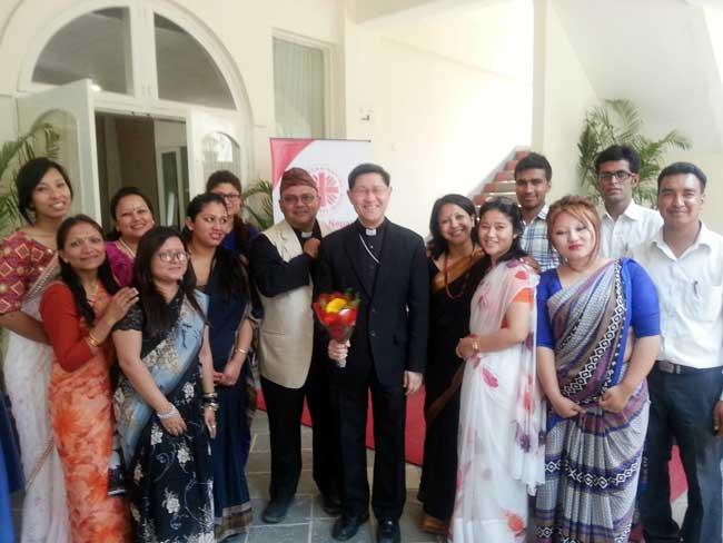 El cardenal Tagle y el personal de Caritas Nepal. Foto por Hough / Caritas