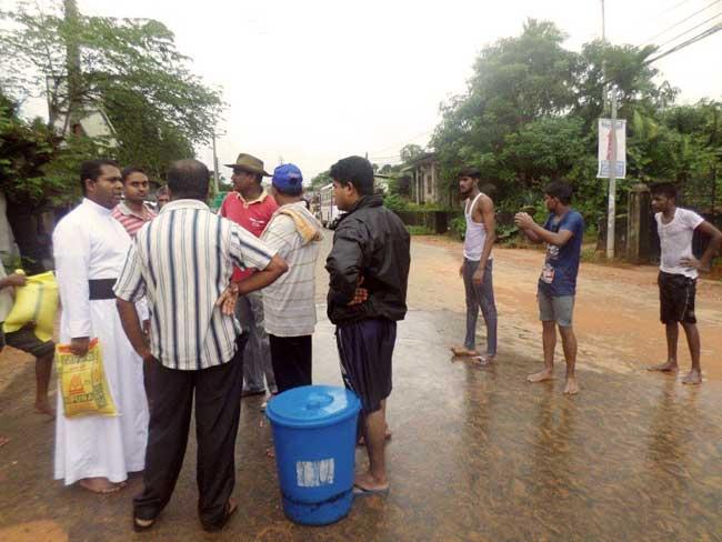 P. Sigamoney de Caritas Sri Lanka s'adresse aux communautés touchées par les inondations. Photo de Caritas Sri Lanka