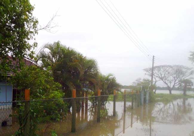 Les maisons et les routes inondées. Photo de Caritas Sri Lanka