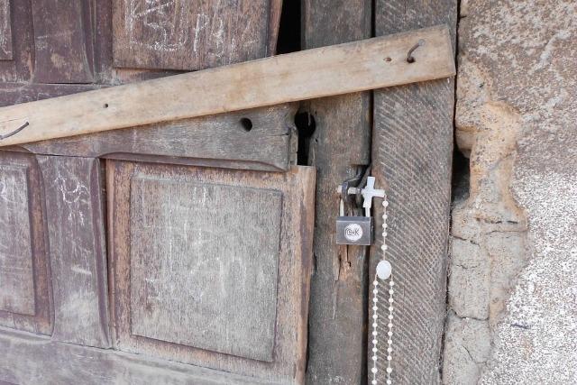 Un rosario abandonado en una puerta tras la huida de personas que escapan de la violencia en la República Centroafricana Foto: Caritas