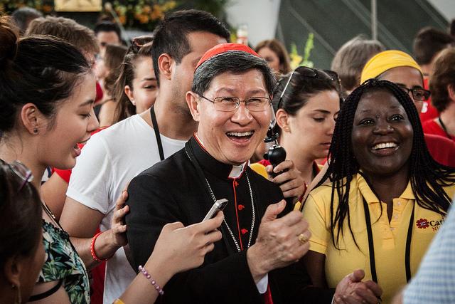 En la JMJ en Cracovia, Polonia, el cardenal Luis Tagle se reúne con #YoungCaritas para discutir la energía, el entusiasmo y el espíritu de aventura que les motiva. Foto por Caritas Polonia