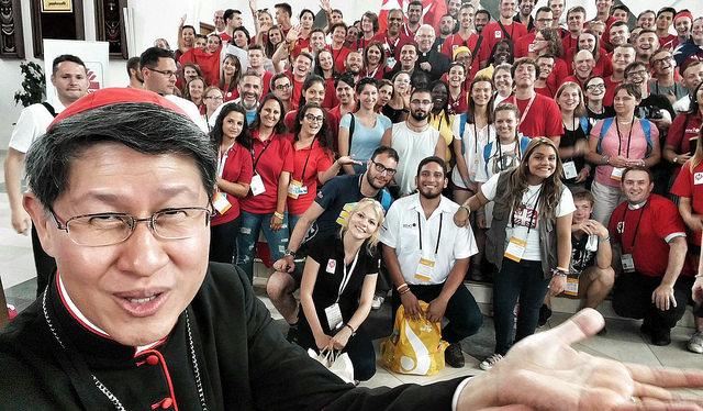 El cardenal Tagle toma una selfie.