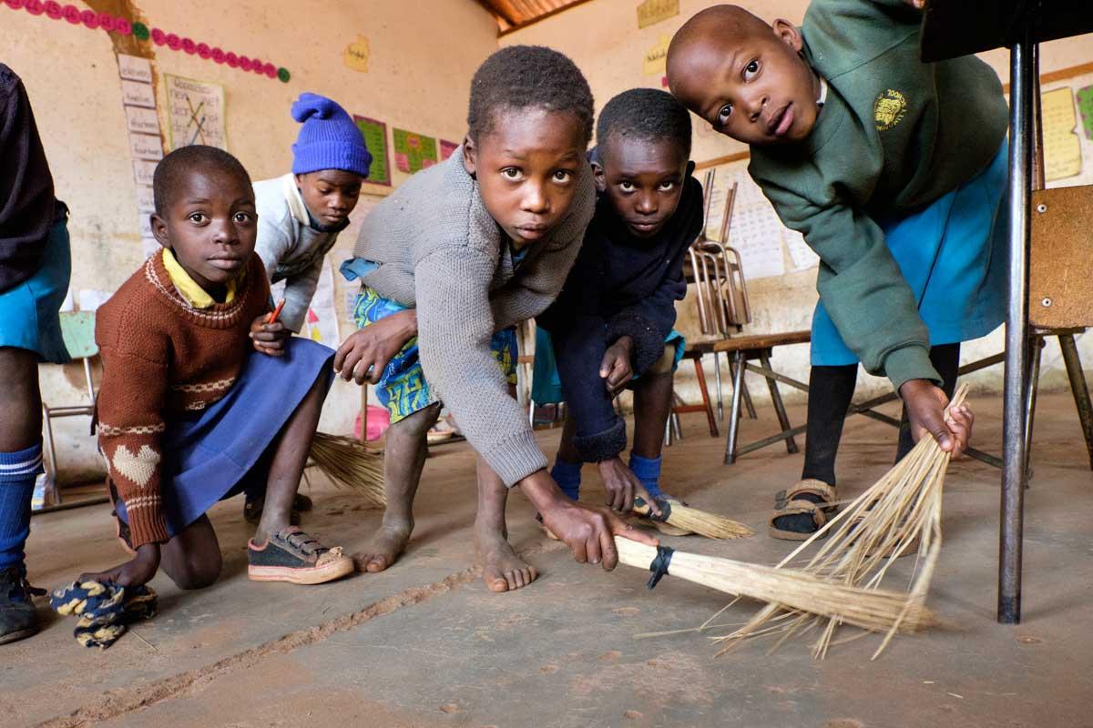 Brilliant (7 años) limpiando el piso de la clase.