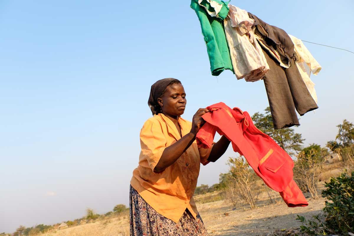 La señora Chimwanda (41 años) lava la ropa. El agua es escasa.