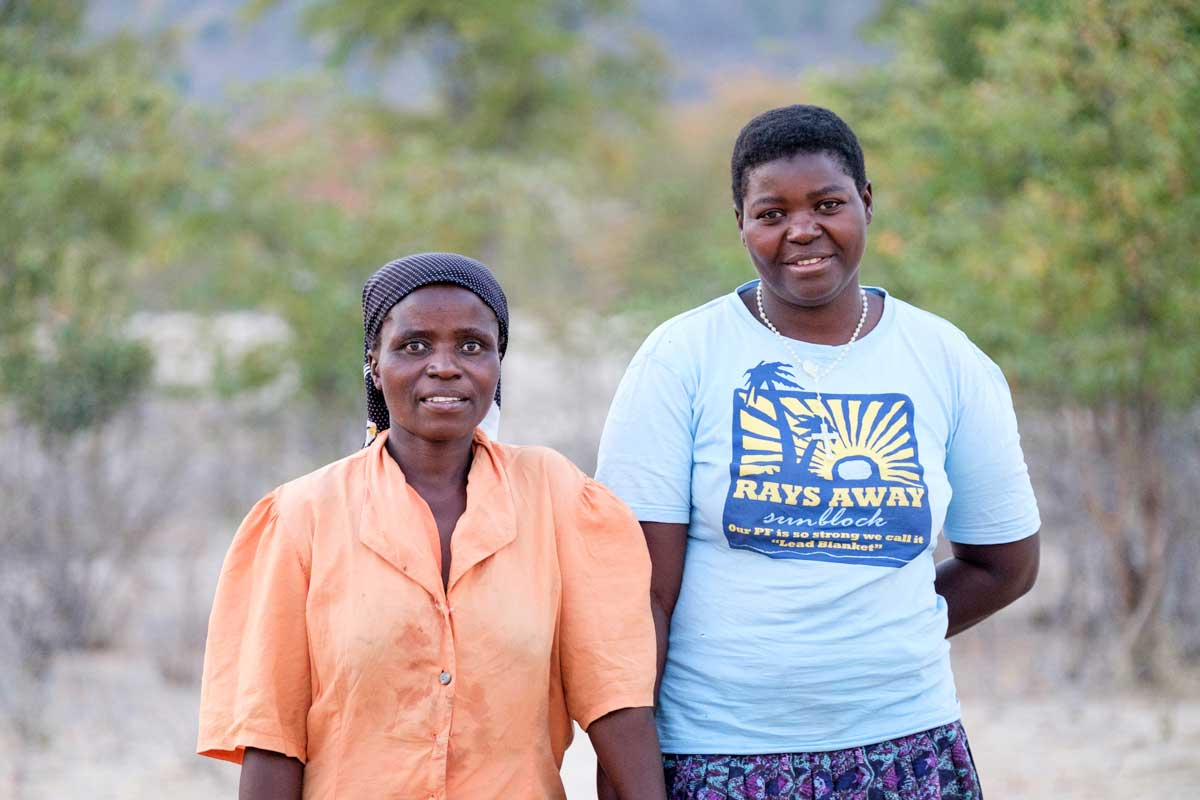 La señora Chimwanda (41 años) con Sinokukhanya Sibanda (37 años), una voluntaria de la comunidad Caritas.
