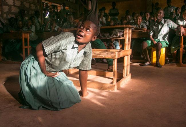 Los estudiantes en el club de la Paz Karima escuela primaria en Kenia participar en una obra de teatro sobre los derechos del niño y la protección del niño.