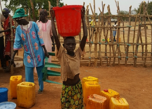 Trócaire arregló un pozo recientemente, en la aldea de Adior, condado de Adior, sur de Sudán. Tenía 20 años y estaba roto. Eso evita ahora a la gente tener que caminar largas distancias para conseguir agua. Trocaire también instaló letrinas para uso de la comunidad. Foto de Sean Farrell / Trocaire.