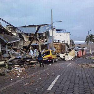 Tras el terremoto, se necesitan tiendas de campaña y botes de rescate en Ecuador
