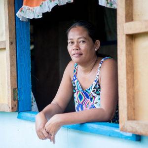 El tifón en Filipinas, un año después: la historia de Flora