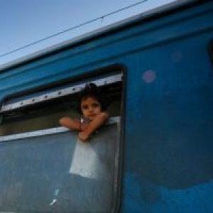 La ayuda alimentaria de Caritas llega a los refugiados en la frontera entre Grecia y Macedonia