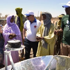 Malian refugees in Burkina Faso get solar cookers