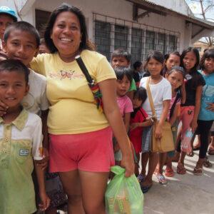 Une distribution alimentaire est organisée dans le nord de Cebu par Caritas