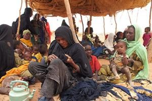 Niger's poor share last food with Malian refugees