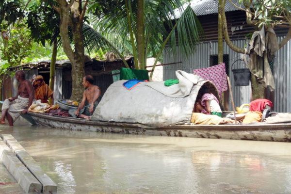 Atteindre les survivants des inondations en Asie du Sud.