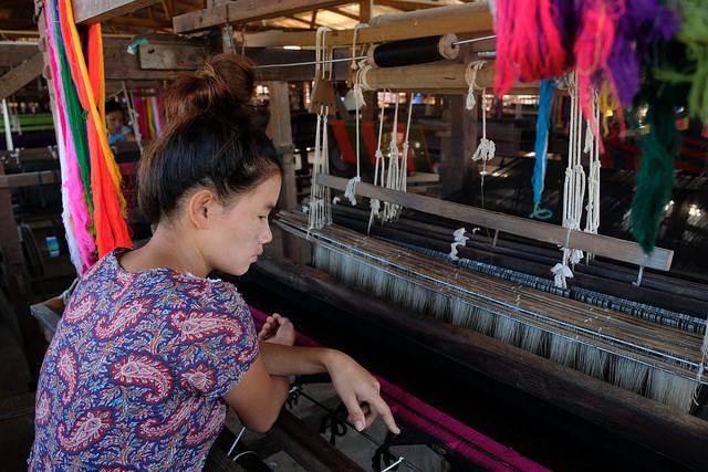 Ja Ittoi fait de l'artisanat traditionnel dans le cadre d'un programme d'emploi soutenu par Caritas à Kachin, en Birmanie. Le manque d'emplois alimente la migration et la traite humaine. Photo de Patrick Nicholson / Caritas