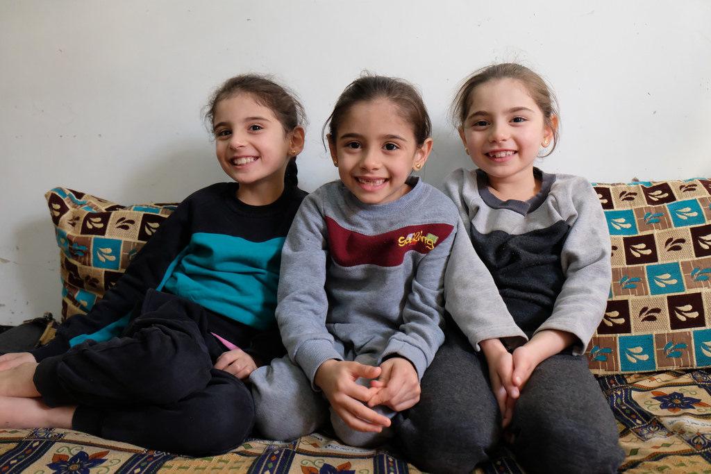 Les triplés, Jenna, Jhina, Hiba ont 7 ans et vont dans un centre Caritas à Alep où ils reçoivent un soutien éducatif.