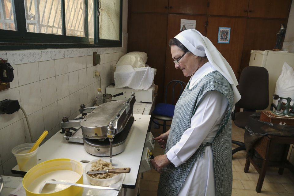 Sister Carmen of Las Siervas de Jesús de Venezuela prepares communion hosts at her Congregation in Caracas, Venezuela. Photo: Caritas