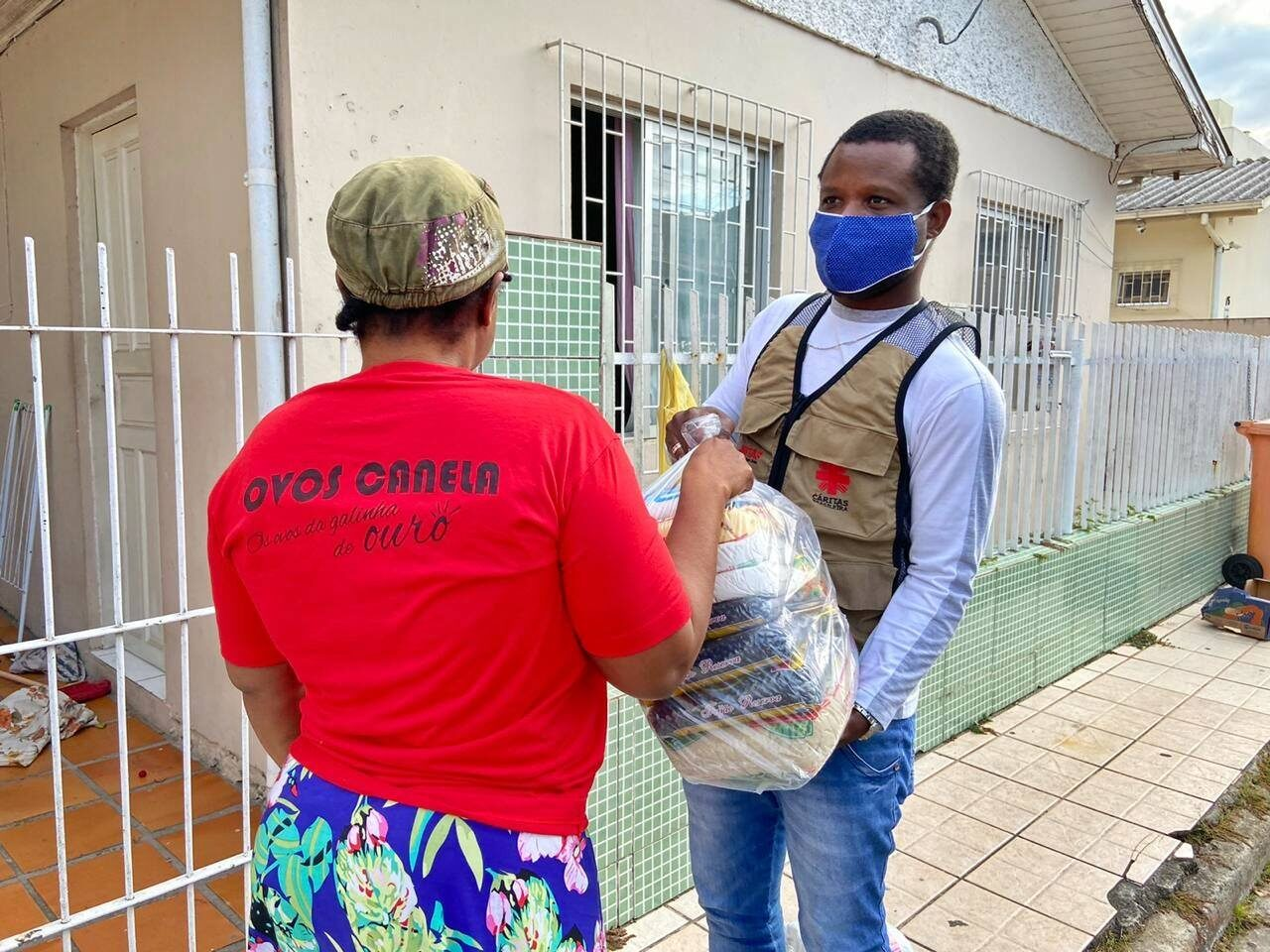 Brésil : alors que le rythme des infections à Covid-19 s'accélère, Caritas distribue de l'aide aux plus vulnérables.
